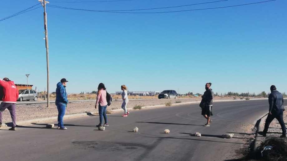 Por segundo día consecutivo vecinos de la toma de Casimiro Gómez bloquean el tránsito. Foto: Gentileza