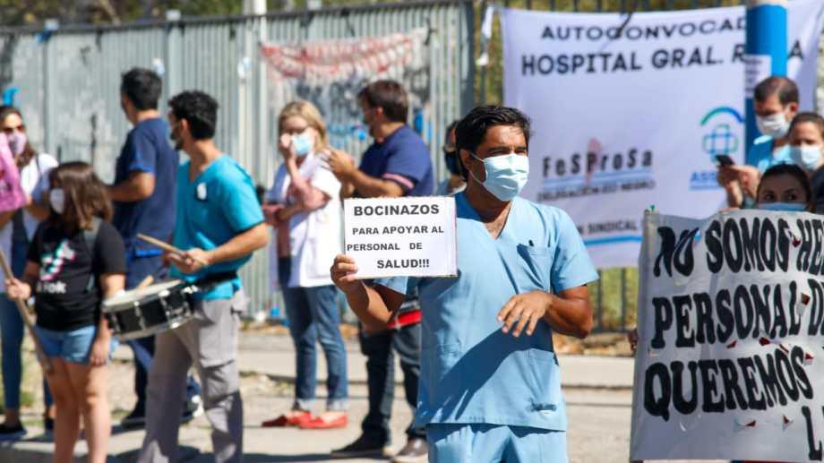 La protesta se realizó a las 11 afuera del edificio. Foto Juan Thomes.