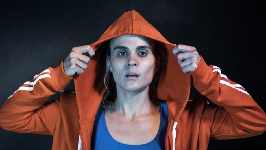 Ana Muzzin interpreta a una mujer que corre obsesivamente sobre una cinta en un gimnasio.