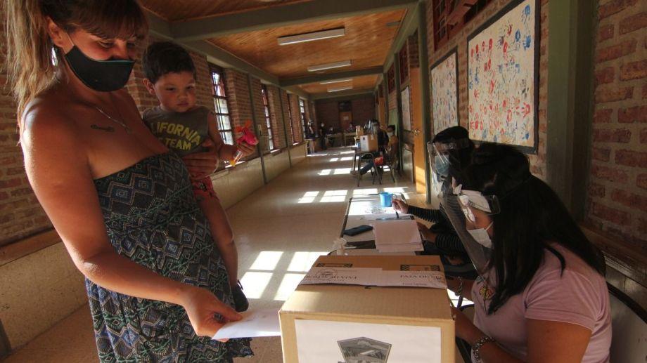 La elección se realizó en las tres escuelas primarias de El Chañar y un jardín. Foto: Oscar Livera.