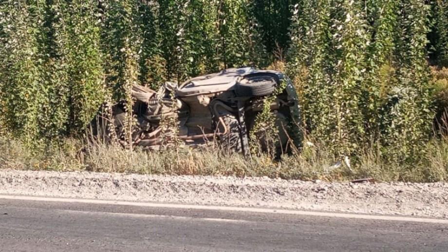 El auto terminó volcado sobre uno de sus laterales.