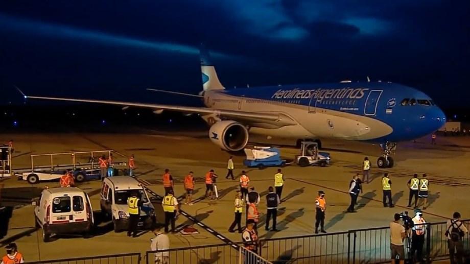 Poco antes de las 20 arribó el vuelo de Aerolíneas Argentinas.