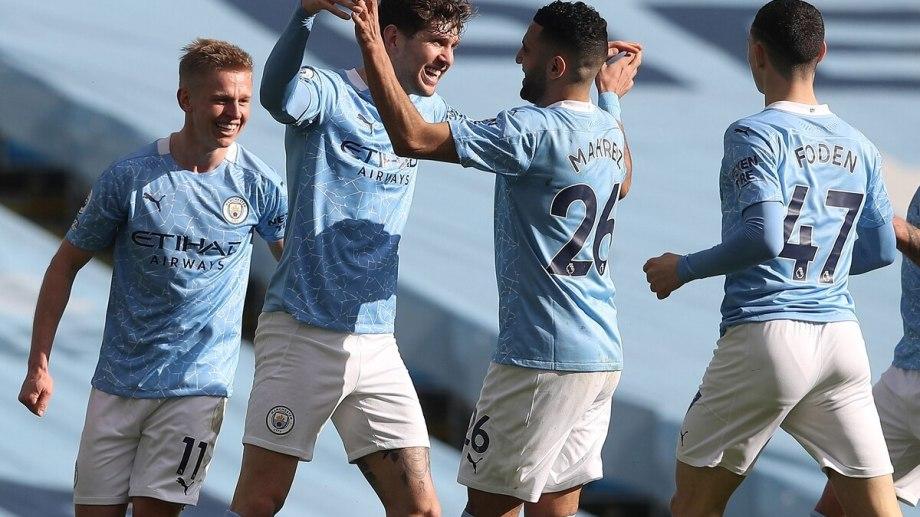 Stones y Mahrez festejan el gol que le dio los tres puntos a Manchester City.