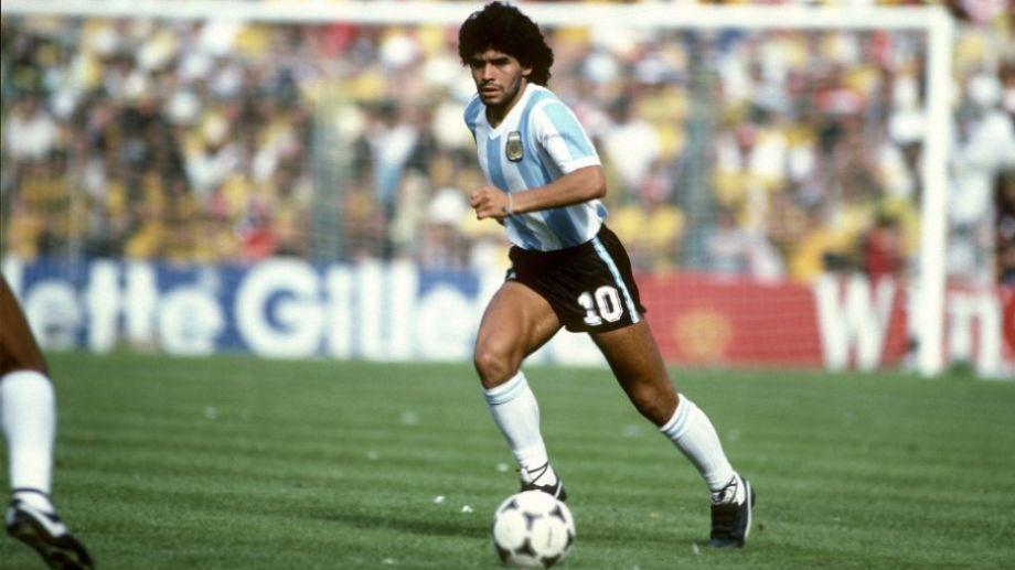 La aparición de imágenes de Maradona acompaña el duelo de sus fanáticos, que lo buscan en todos lados.-