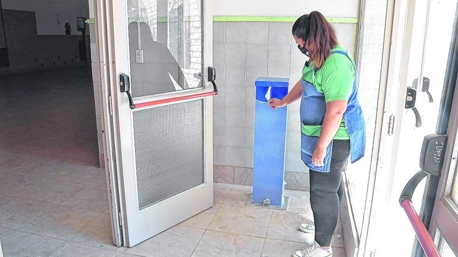 En los edificios se dispusieron dispenser de alcohol en gel. El personal debe utilizar barbijo y mantener la distancia social. (FOTO: Yamil Regules)