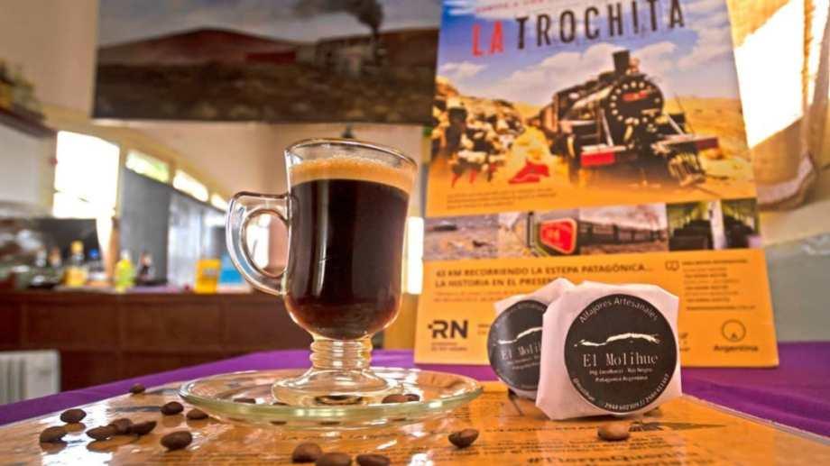 """En Jacobacci la confitería """"La Trochita Estación Café"""" te ofrece una gran variedad de exquisiteces y una buena atención. Foto: Alejandra Díaz."""