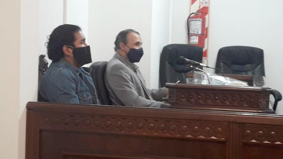 Fernando Jara y su abogado Gustavo Lucero, hoy durante la lectura del veredicto en Zapala. (César Soria)