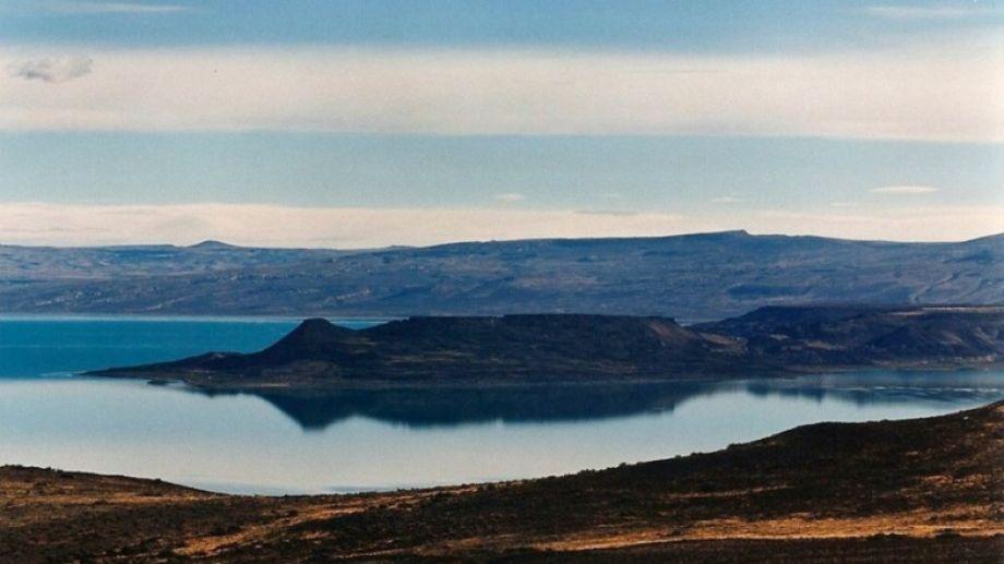 El lago Cardiel se encuentra a 80 kilómetros de la ciudad de Gobernador Gregores, que se encuentra ubicada en el centro de Santa Cruz, a 424 kilómetros de la capital, Río Gallegos.-