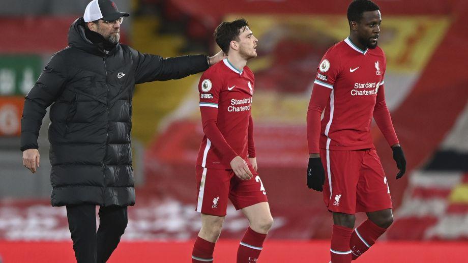 Klopp consuela a sus jugadores tras una nueva caída (Foto: AP)