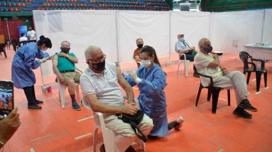 Este miércoles comenzó la vacunación a personas entre 80 y 90 años en Neuquén. (Foto: Yamil Regules)