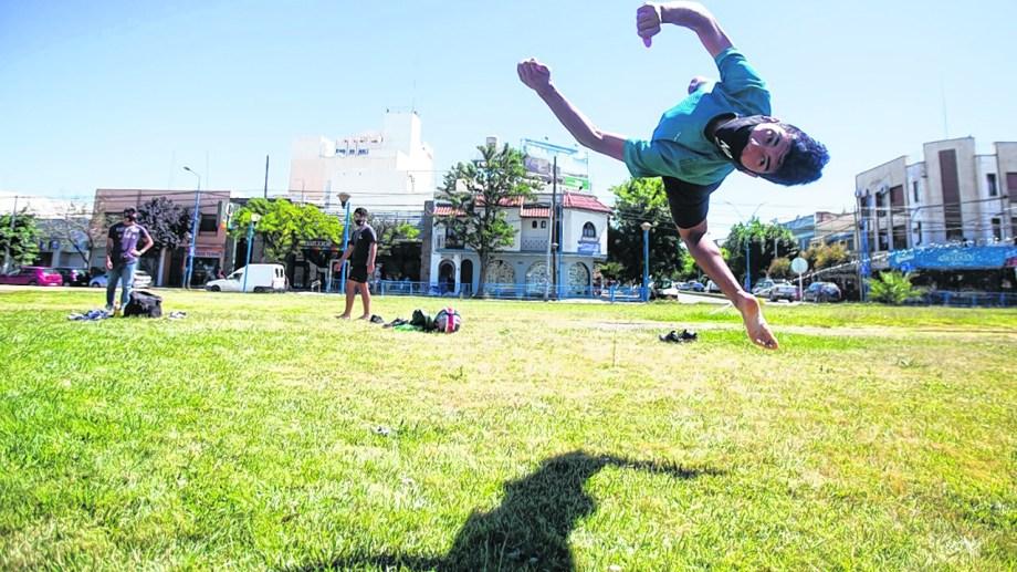 Mauro Suárez comenzó a los 16 años a practicar parkour. El Flash Gainer es uno de los tricks básicos de la disciplina. Foto Juan Thomes.