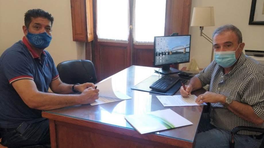 Menecozzi y Pesatti firmaron el convenio respectivo en la sede municipal. Foto: gentileza.