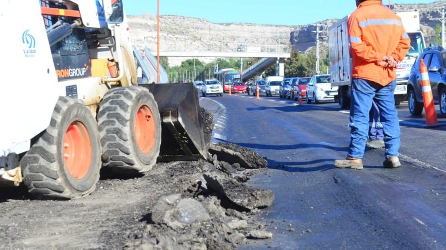 Comenzó la reparación de la ruta 22 en el ingreso oeste a Villa Regina. (Foto Néstor Salas)