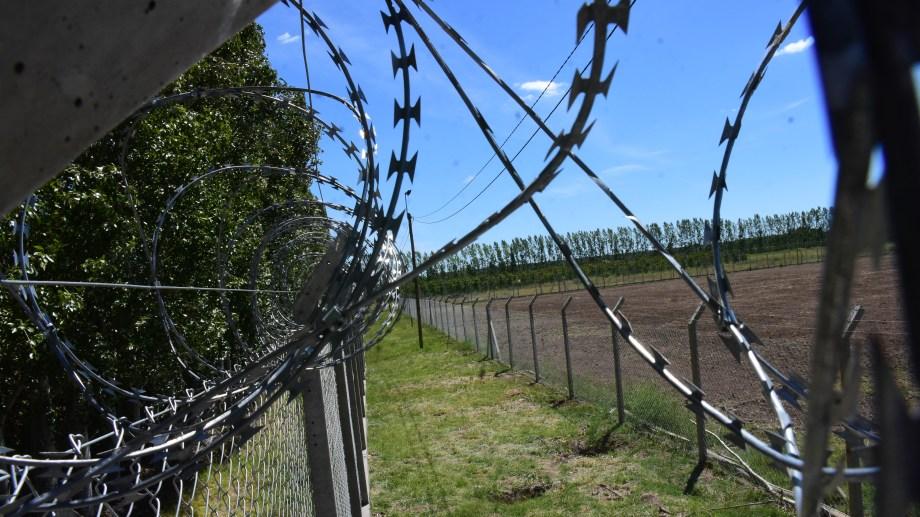 El predio de dos hectáreas cuenta con doble cerco perimetral, una barrera, sistema de alarmas y cabinas de control. (Fotos: César Izza)