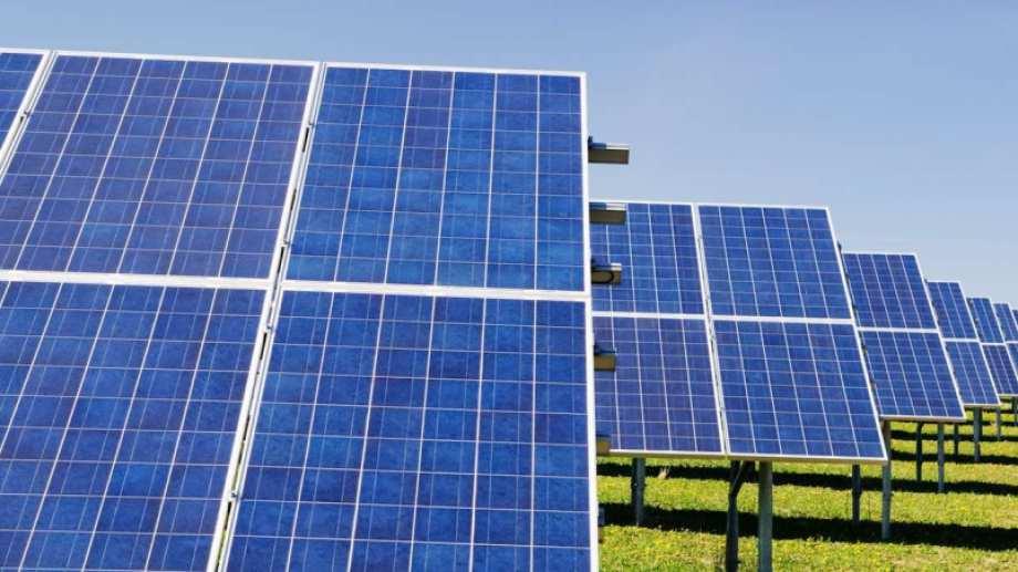 El parque solar se montará en la zona de Villa del Curí Leuvú y será el desarrollo fotovoltaico más austral del continente.