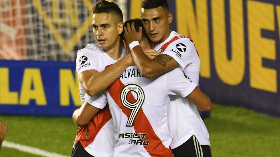 Borré, Álvarez y Suárez festejan el primer tanto de la noche.
