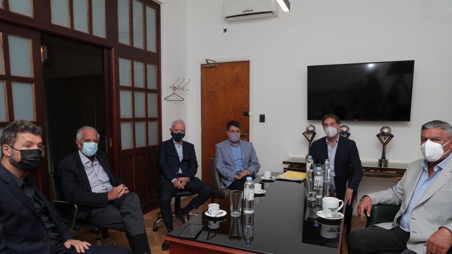 Tapia, Santilli y los presidentes de los clubes en la reunión de hoy.