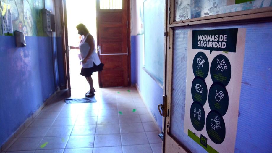 La escuela primaria N° 1 de Viedma, una de las que ya esta preparada para recibir a sus alumnos con todos los protocolos de prevención contra el covid-19. (Foto: Marcelo Ochoa)