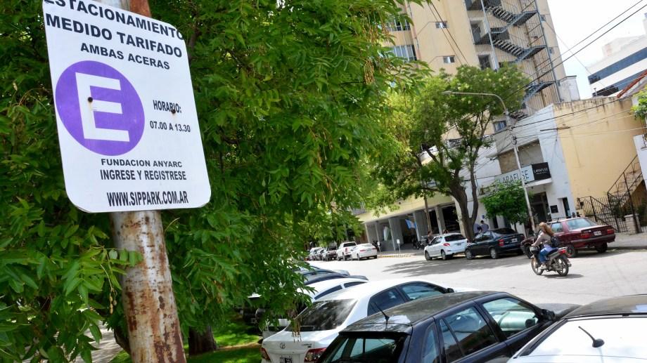 El estacionamiento medido y pago en la capital rionegrina aumentó a 30 pesos la hora. Foto: Marcelo Ochoa