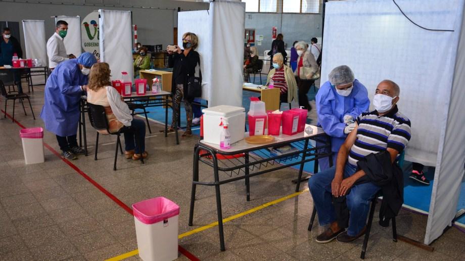 En la capital provincial el municipio coordina el trabajo en el gimnasio Fioravanti Ruggeri. Foto: Marcelo Ochoa.