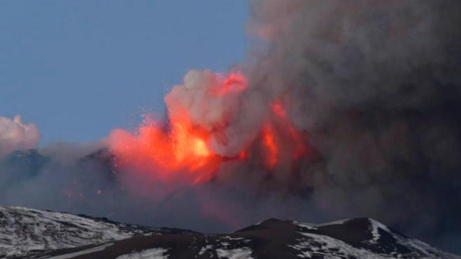 Así se vio la erupción en cercanías a Sicilia, donde se encuentra el volcán.-