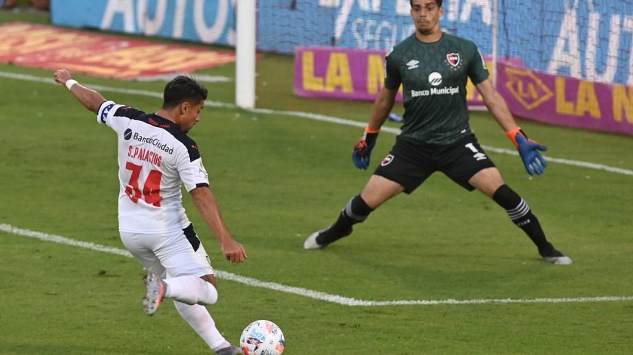 Sebastián Palacios somete a Aguerre y marca el primer gol de Independiente. Iban 9 minutos. (Foto/Télam)