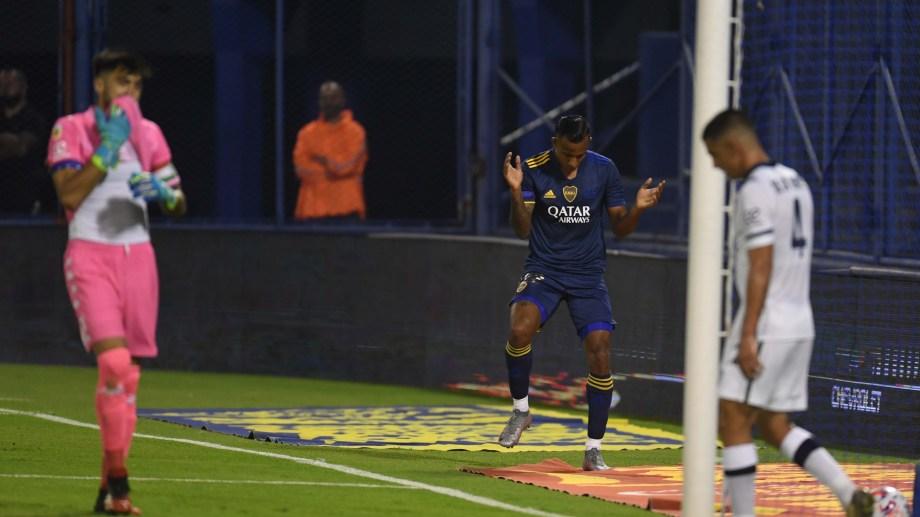 Sebastián Villa recibió de Cardona, eludió al arquero Hoyos y festeja el segundo tanto de Boca ante Vélez. (Foto/Télam)