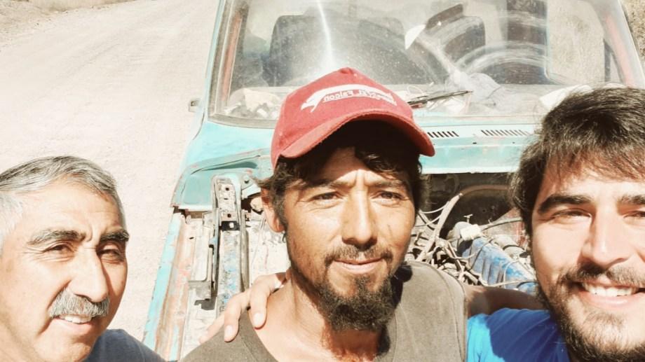 Javier Rojas encontró a Cristian Firmapaz en el camino de los pulperos justo cuando ataba con un alambre el paragolpes de su camioneta y se llevó esta selfie de recuerdo. Después Cristian empujo a un amigo que se había quedado.