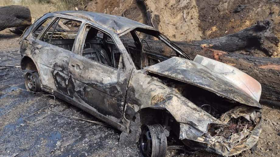 El conductor logró salir del auto por sus  propios medios. Foto: Gentileza Facebook Bomberos Voluntarios  Villa la Angostura