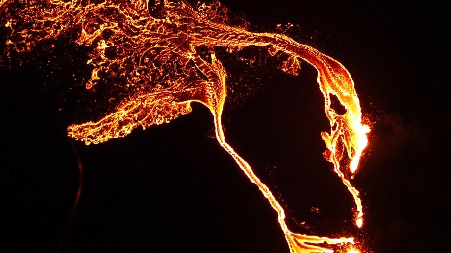 Un torrente de lava brotó el viernes a las 20.45 hora local (17.45 de la Argentina) de una grieta en el suelo.