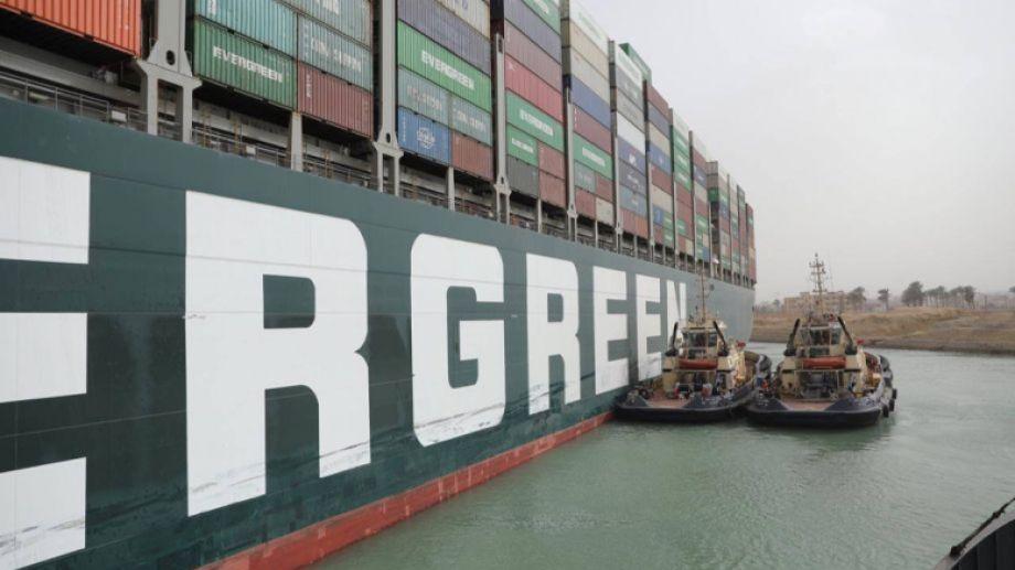 El MV Ever Given se encuentra bloqueando el canal desde el martes, y hay miles de barcos esperando su salida.-
