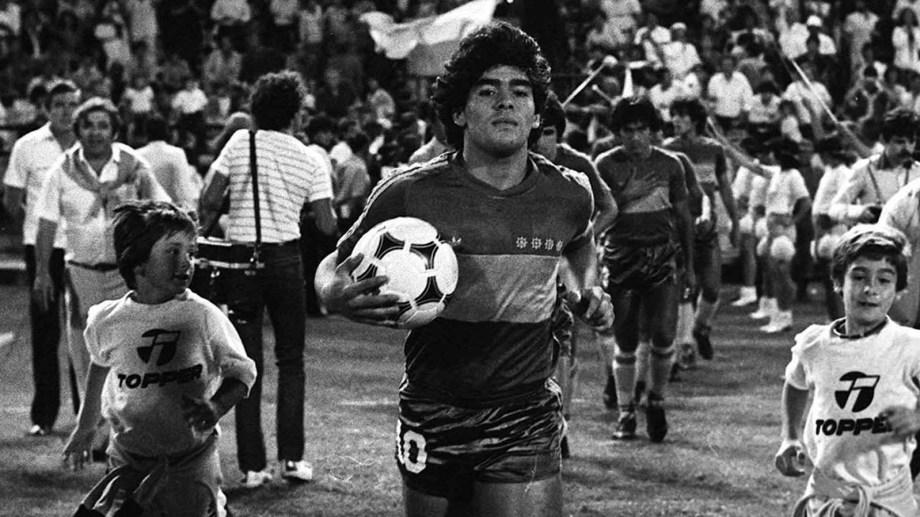 El 22 de febrero de 1981, hace cuatro décadas, Diego Armando Maradona, el mejor futbolista de todos los tiempos, comenzó su idilio con Boca cuando se puso por primera vez en forma oficial la camiseta que amó hasta el último de sus días en ocasión de un triunfo ante Talleres de Córdoba por 4-1 por el torneo Metropolitano, en el inicio de la conquista de su único título en la Argentina. Foto: Archivo/Télam/VIC