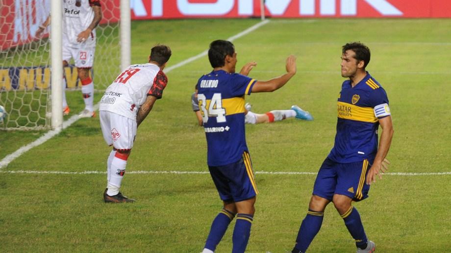 Emmanuel Mas festeja junto a Agustín Obando el segundo gol de Boca ante el Dragón.