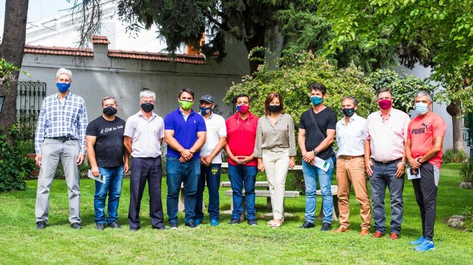 Los dirigentes de los clubes que recibieron aportes junto a la gobernadora Carreras y el secretario de Deportes de la Provincia, Diego Rosati.