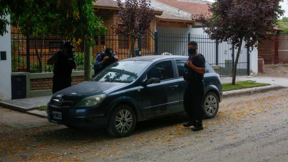 El auto de Videla hallado a metros de la casa donde vive el desaparecido. (Foto Juan Thomes)