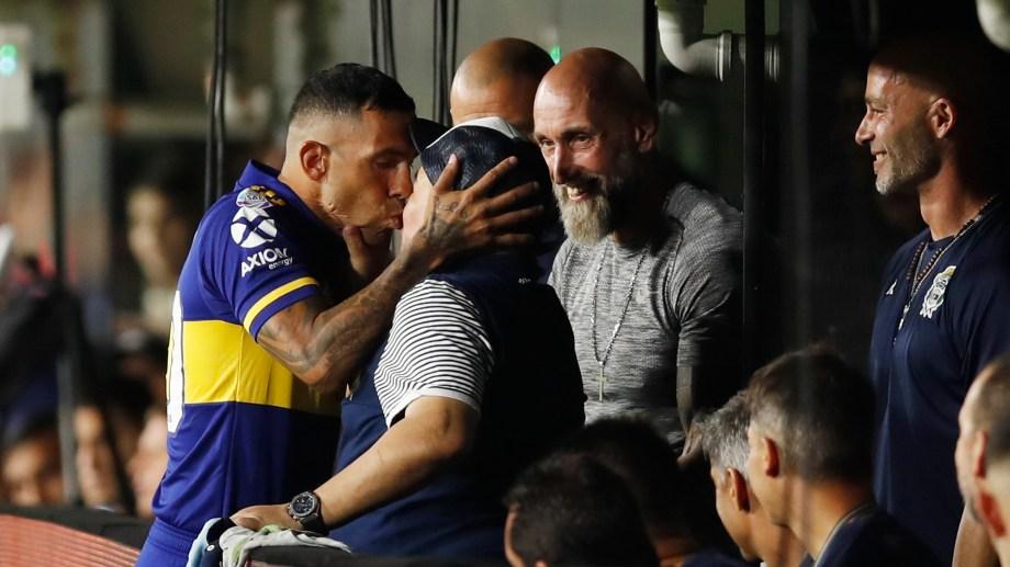 Carlitos y su ya histórico beso a Diego (Foto: AP)