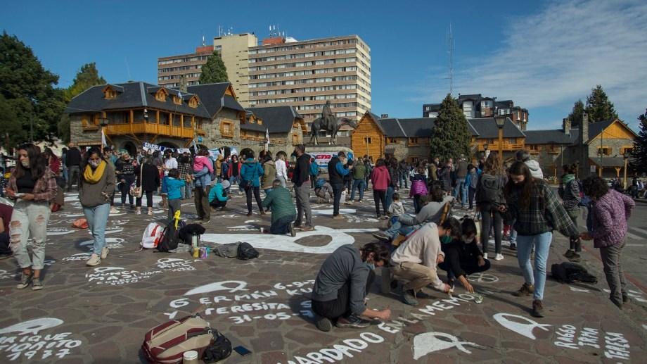 Por la mañana hubo repintada de pañuelos en el centro Cívico, a la tarde movilización de algunas organizaciones y partidos de izquierda. Foto: Marcelo Martínez