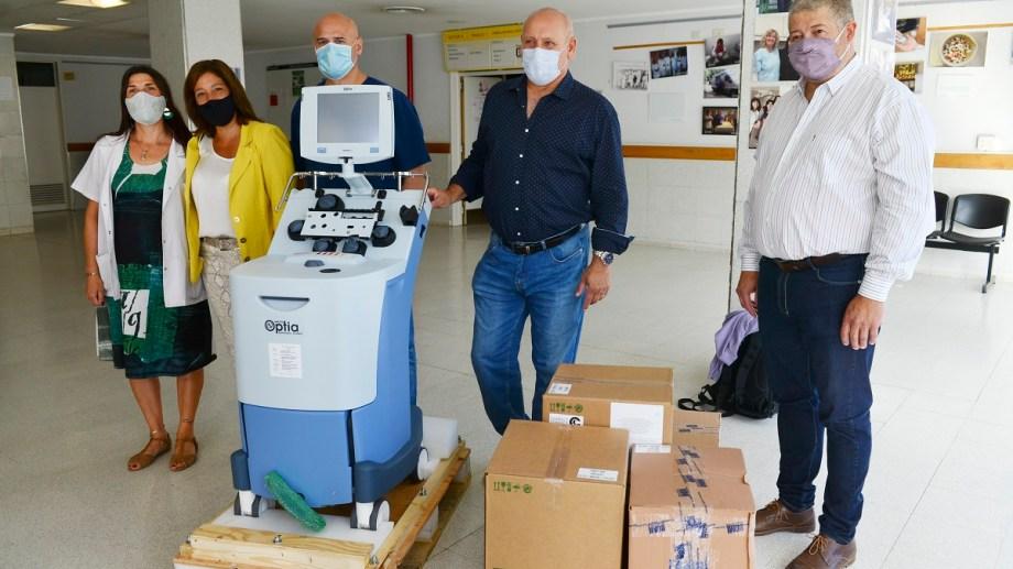 Carreras junto a Zgaib y Vaisberg entregó un separador celular al hospital Ramón Carrillo. Foto: Alfredo Leiva