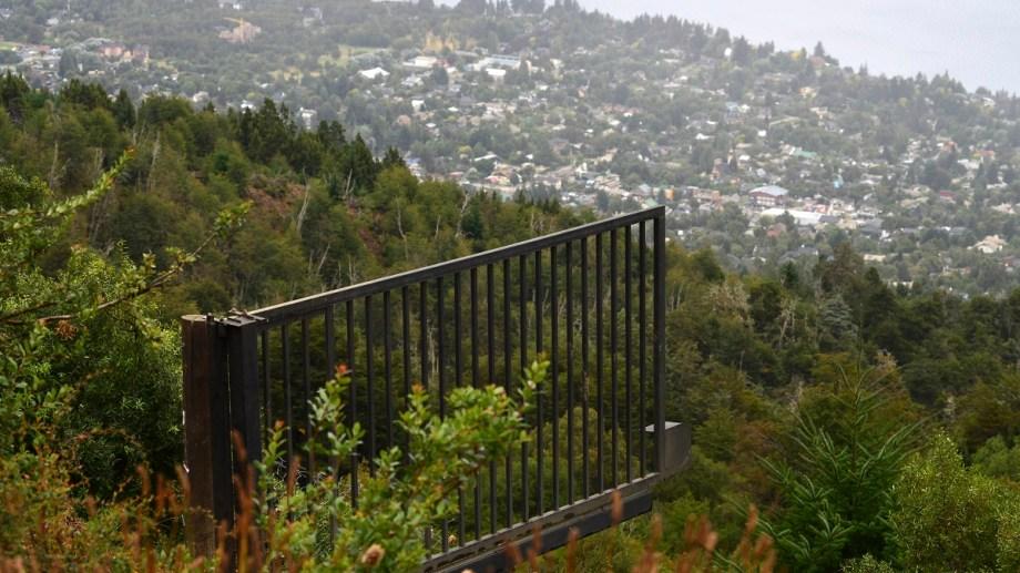 Abrieron caminos, talaron bosques y colocaron un portón en una zona donde no se puede construir en el cerro Otto, por encima de los 900 msnm. Foto: Alfredo Leiva