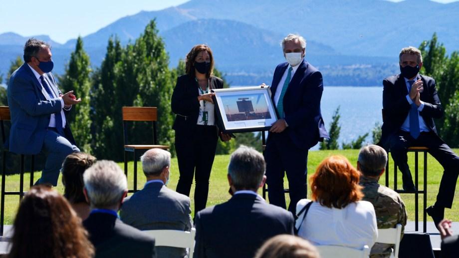 La gobernadora Carreras obsequió al presidente Alberto Fernández una fotografía del primer radar construido por Invap. Foto: Alfredo Leiva
