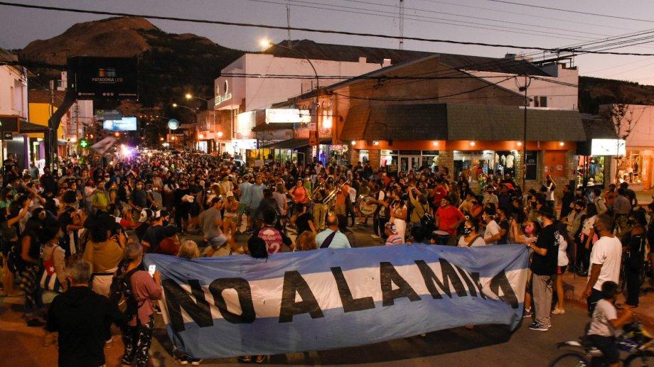 La protesta contra el proyecto de zonificación minera de Chubut, anoche en Esquel. (Gentileza @RasoJulian).-