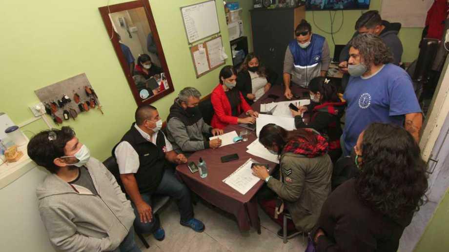 Ayer, la delegada de Trabajo de Nación estuvo en el hospital Castro Rendón hablando con los autoconvocados que denunciaron persecución sindical. (Archivo Oscar Livera).-