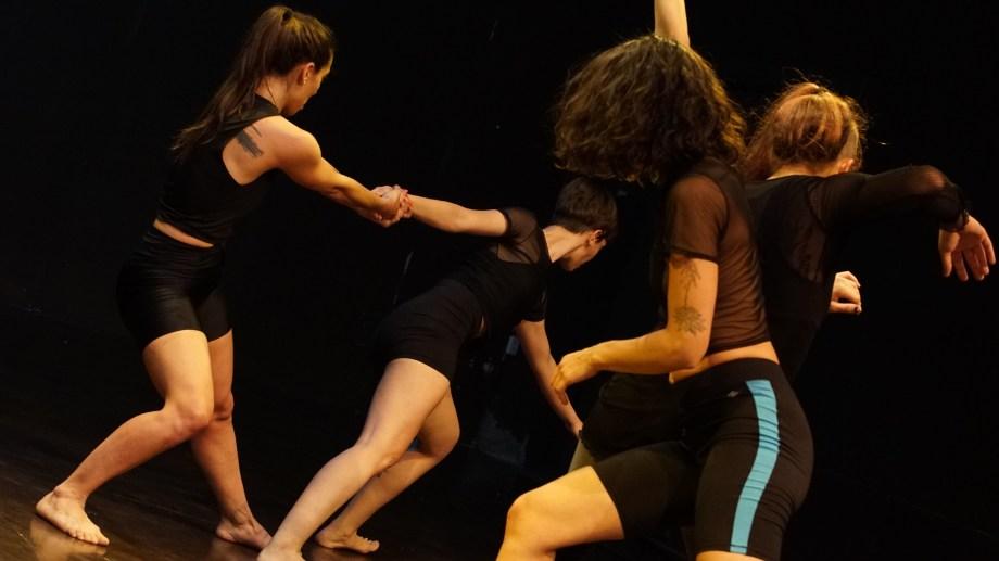 """""""Vibra"""", danza teatro del grupo neuquino Triada, arte en movimiento."""