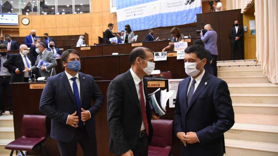 El gobernador junto a su vice y el único intendente presente en el recinto, Mariano Gaido. Foto: Florencia Salto.