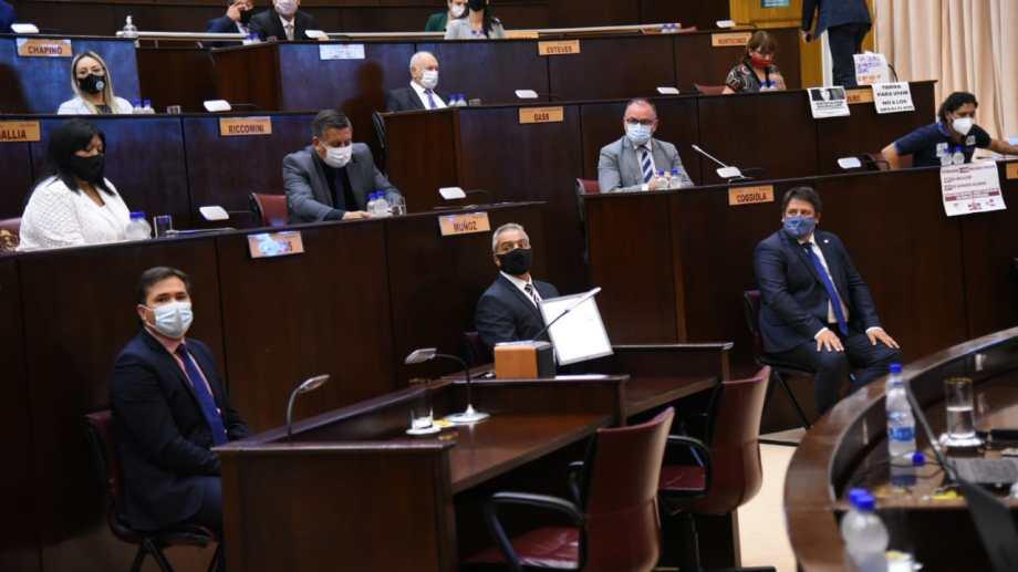 Los legisladores estuvieron en el recinto junto a tres invitados y el gobernador. Foto: Florencia Salto.