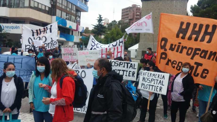 En Neuquén, la semana pasada, los autoconvocados se manifestaron en el monumento a San Martín. (Yamil Regules).-