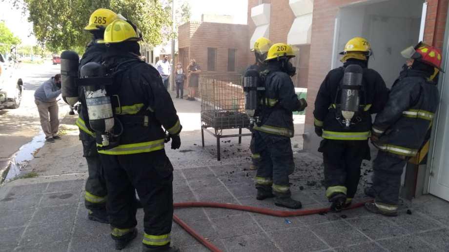 El siniestro ocurrió en la parte trasera de la sucursal de la Cooperativa Obrera de calle Tucumán, entre Misiones y Santa Cruz.