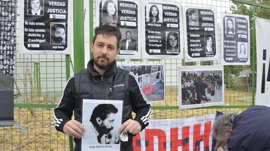 Asenjo es militante de la intersindical de Derechos Humanos, pertenece al gremio agroportuario (APA) (Foto Yamil Regules)