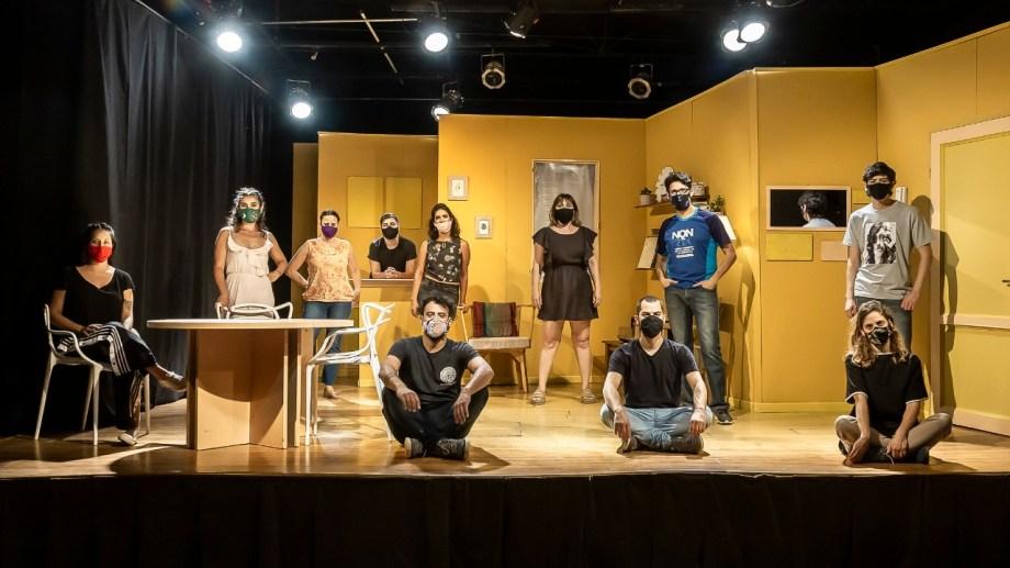 El elenco y parte del equipo técnico en el escenario de El Arrimadero, donde se filmó la obra, en enero pasado.