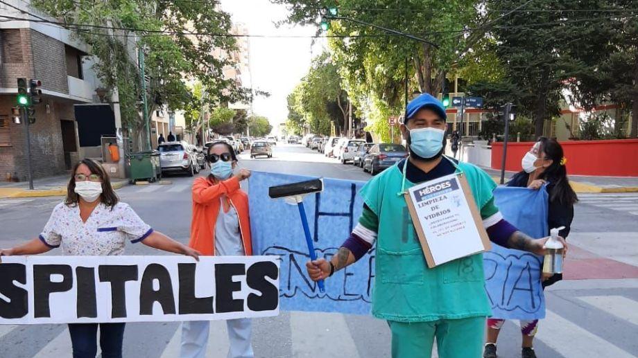Los trabajadores de Salud se pusieron a lavar vidrios de autos y hacer malabares para juntar plata para su fondo de huelga, por los descuentos. (Archivo Gentileza).-